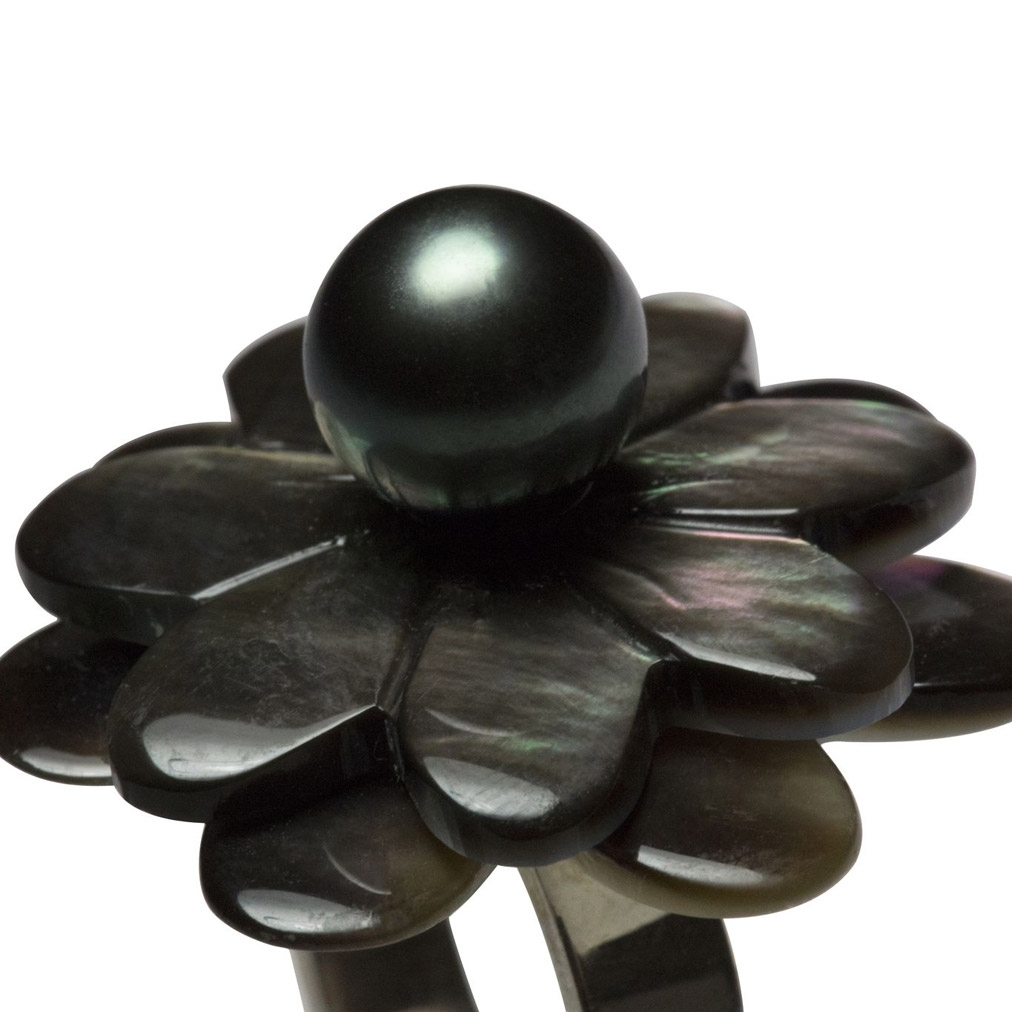 Pearl and mother-of-pearl flower head ring